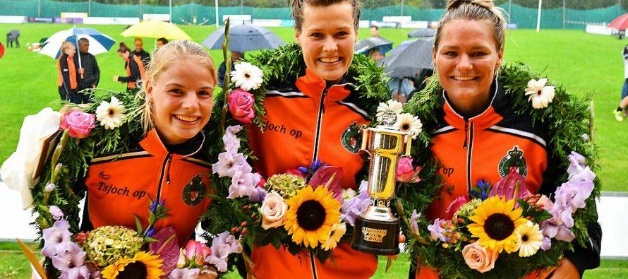 Trio Nynke Sijbrandij oppermachtig in regenachtig Huizum